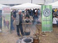 Kraljevački lovci kuvaju lovački gulaš na 9-om Šumadijskom sajmu u Kragujevcu