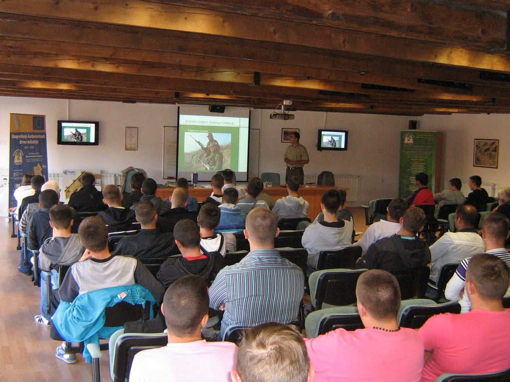 Pripremno predavanje za polaganje lovačkog ispita u amfiteatru Šumarske škole u Kraljevu